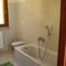 Badkamer beneden met WC, bad, lavabo en bidet.