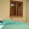 Slaapkamer beneden: dubbel bed, nachttafeltjes, ruime kleerkast.