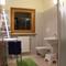 Badkamer boven met WC, douche en twee lavabo's.