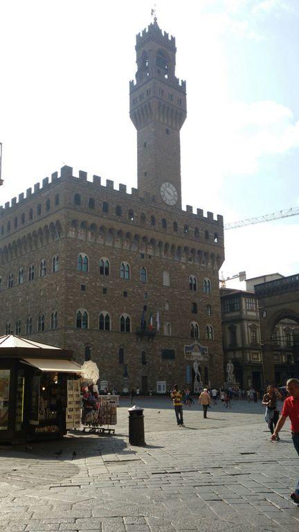 Palazzo Vecchio Hall of the city. 2,5 km