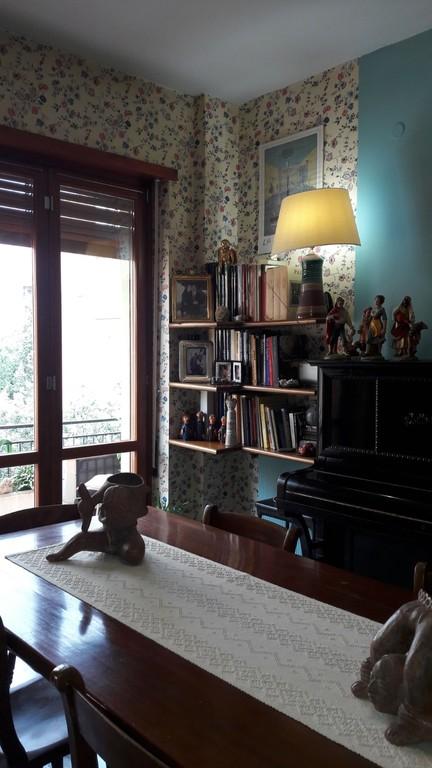 Il soggiorno: veduta con la porta finestra sul balcone