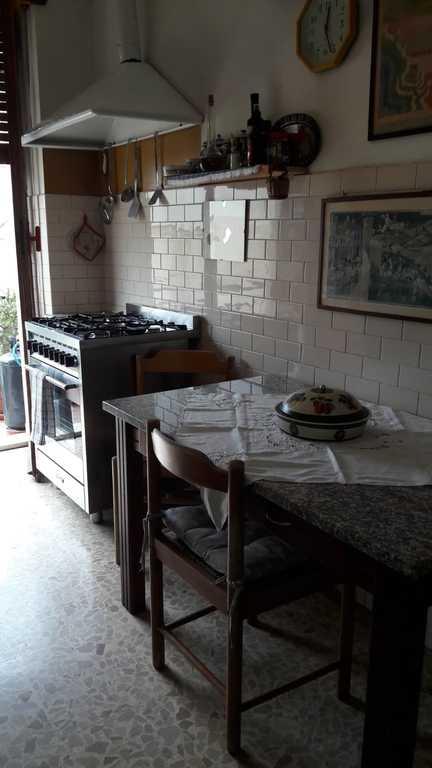 Cucina con il tavolo ed i fuochi