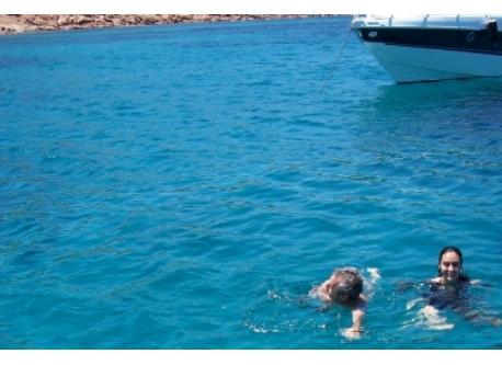 Gita in barca nel mare cristallino e turchese della Sardegna
