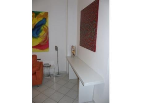 Particolare del salone e tavolo pieghevole