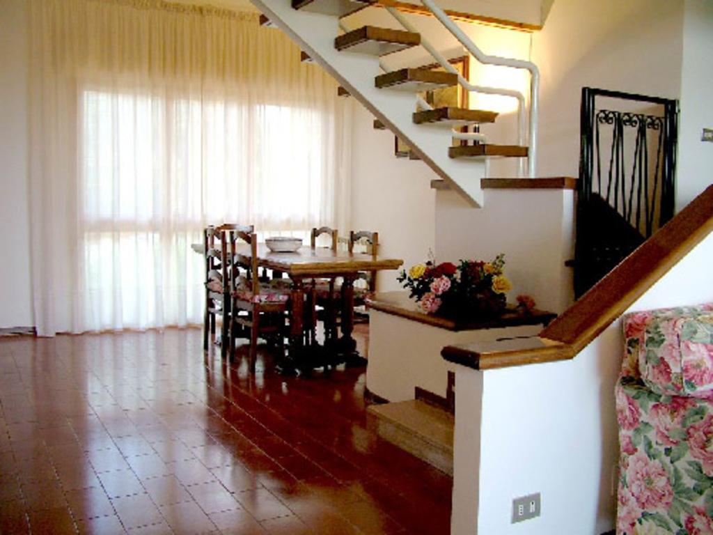 sala da pranzo e scale per la mansarda