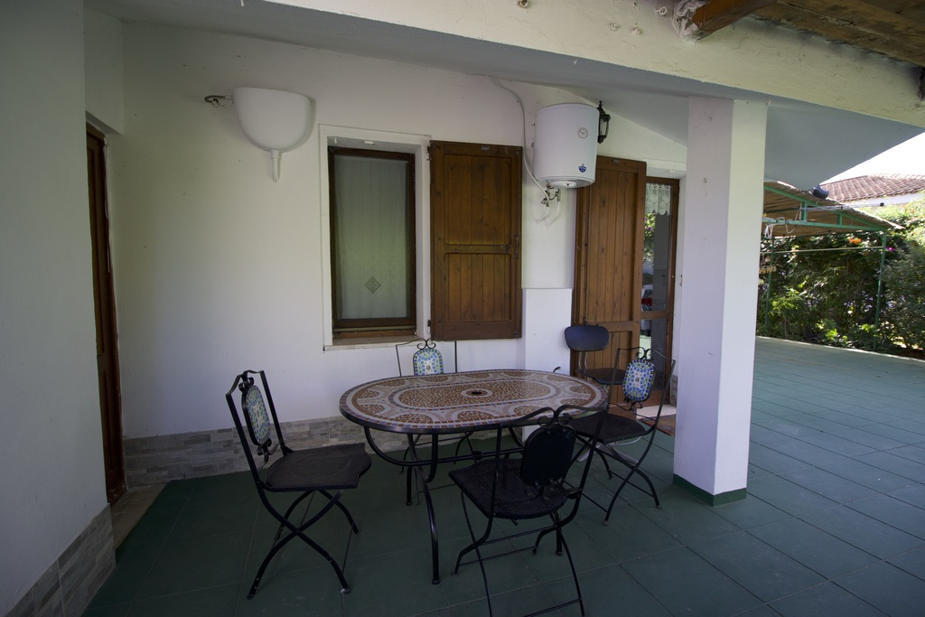 terrace furnished with iron table and 4 chairs with mosaic surface.