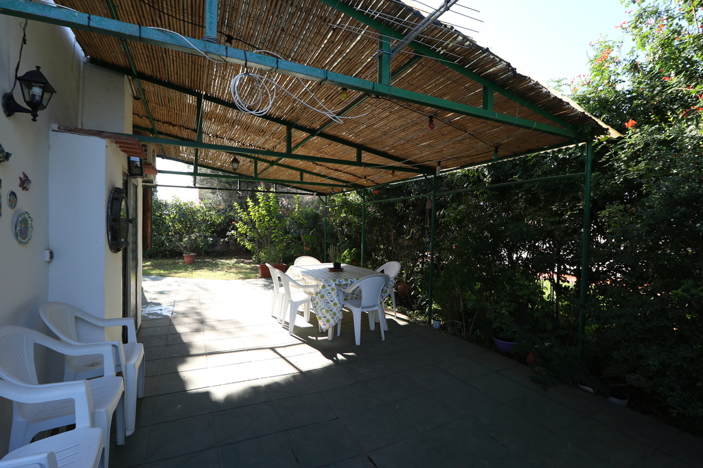 This veranda is 6 metres long and is suitable for relaxing in the shade on hot days, but also for holding parties or barbecues o
