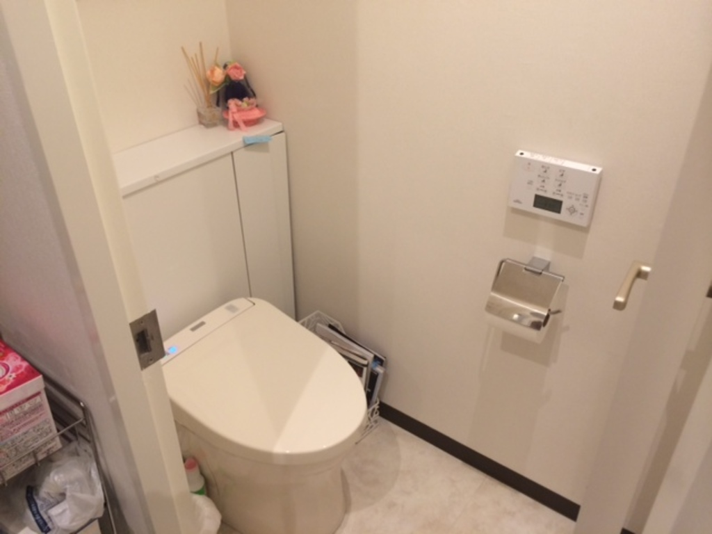 Enjoy using a fully automated Japanese toilette.