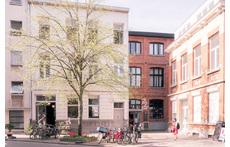Het rode gebouw is onze woning, een voormalige diamantzagerij. In het witte huis is onze b&b gevestigd.