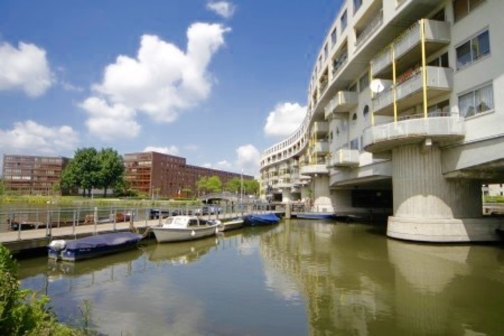 Living above the water, great views back and front, walking distance to the center of Amsterdam