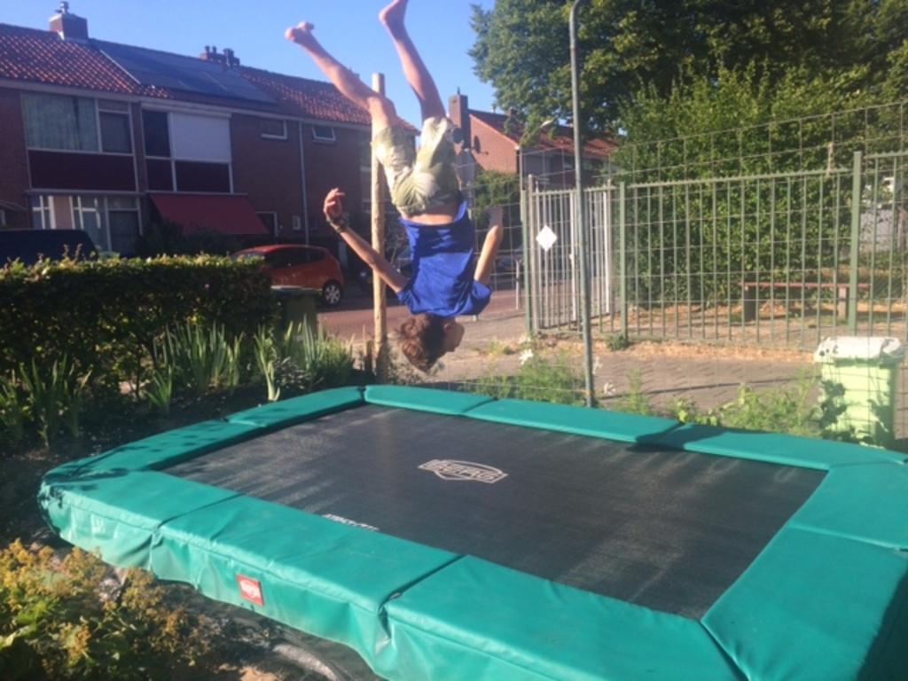 grote trampoline in voortuin