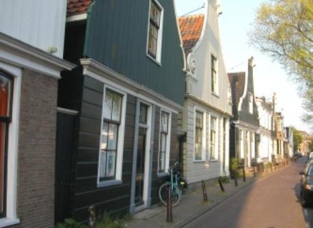 Nieuwendammerdijk with wooden houses. Nearby.