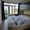slaapkamer beneden, met toegang naar badkamer