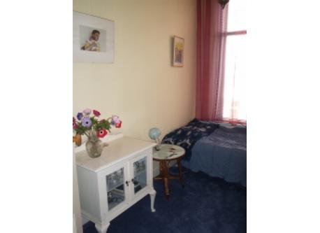logeerkamer met kinderbed en éénpersoonsbed