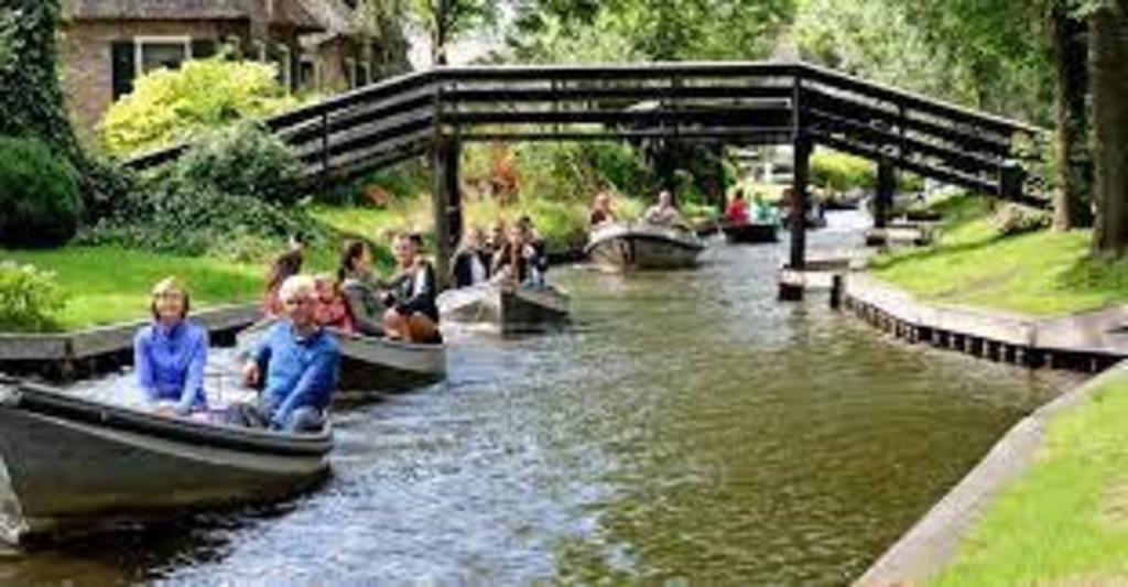 Giet hoorn (Dutch Venetië ) rent a boot and explore de dutch waters. 1 hour drive