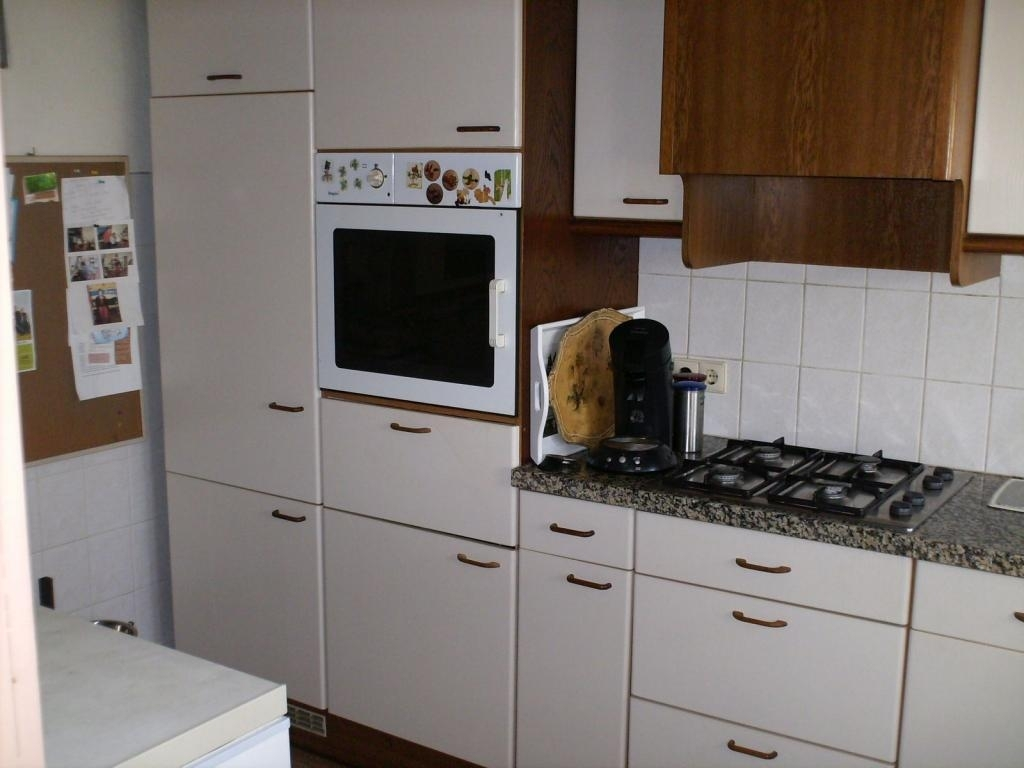 Kitchen with the old oven. We have a brand new one now