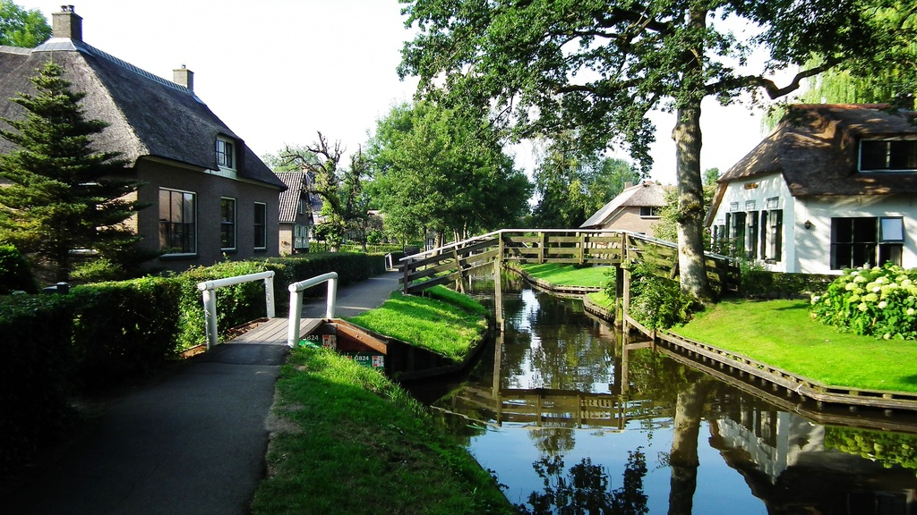 """Green Venice"" Giethoorn is a must visit, less than an hours drive away"