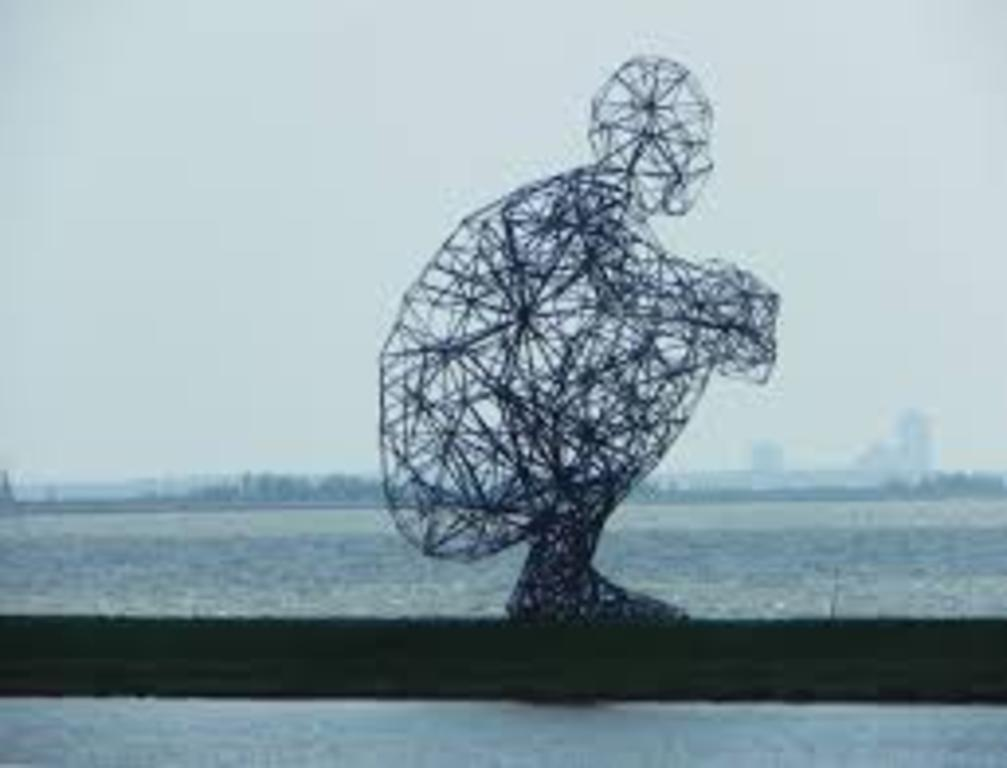 Statue ' hurkende man' Bataviastad