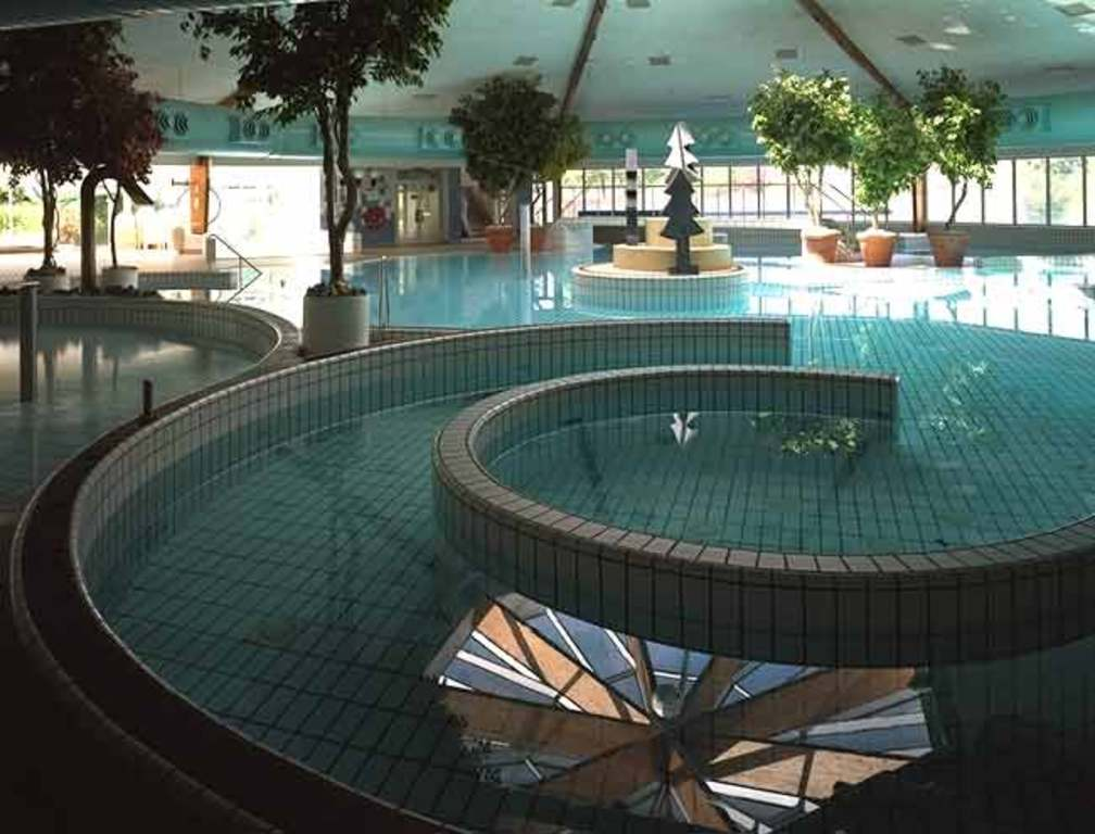 Large indoor (and outdoor) swimmingpool (at 500 m)