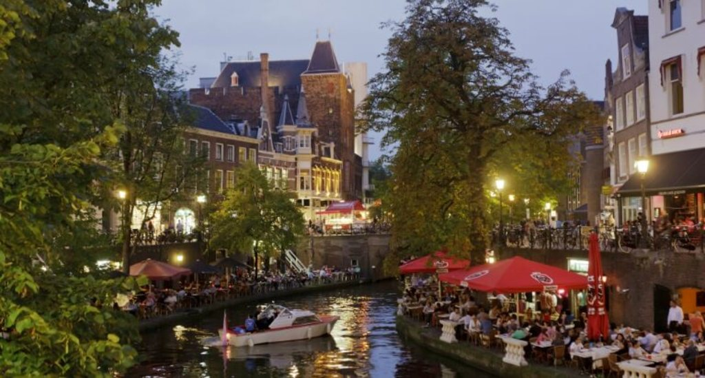 Utrecht: choose your favorite restaurant at the canalside at 25 km