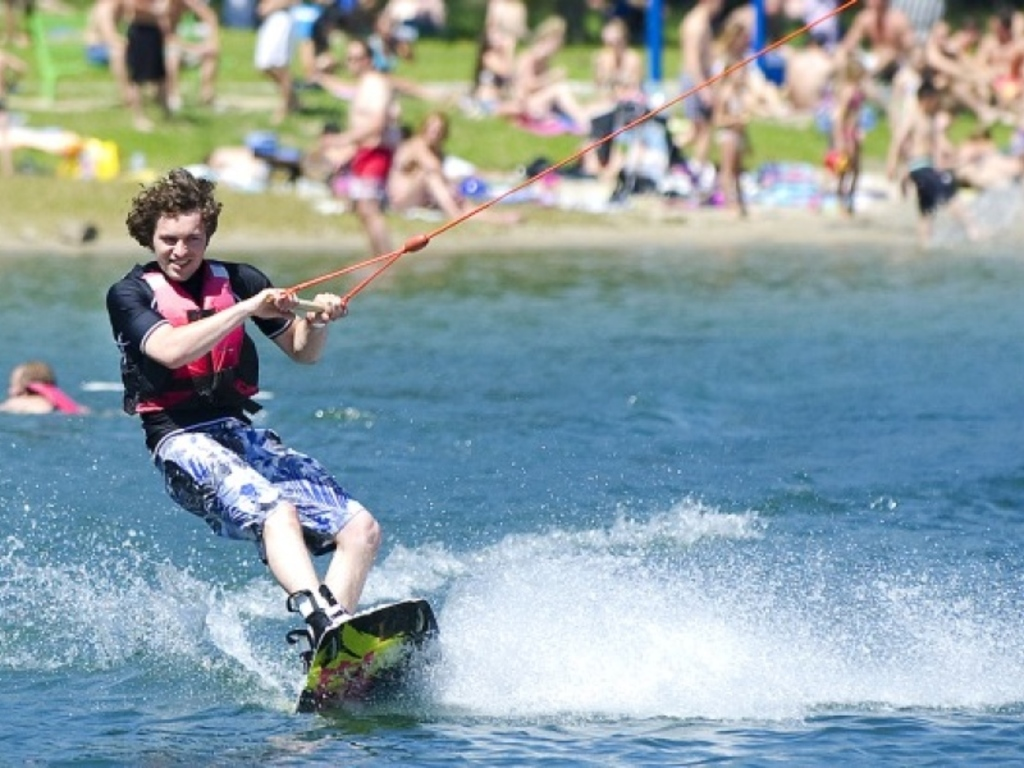 Wake boarding and water skiing are both possible at the Berendonck.