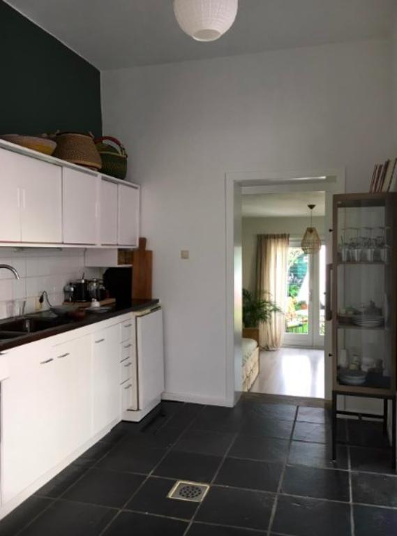 Keuken met uitzicht naar tuinkamer