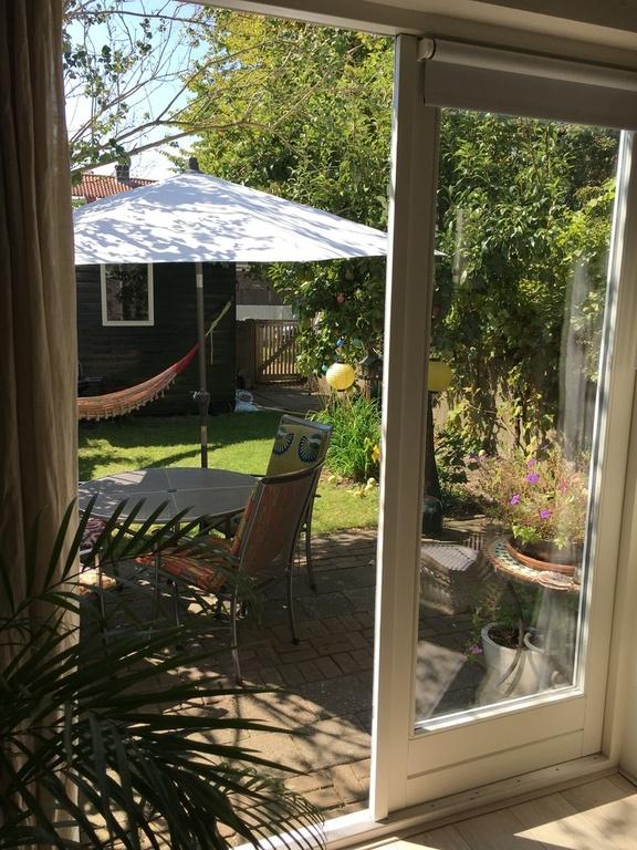 Uitzicht vanuit tuinkamer op tuin