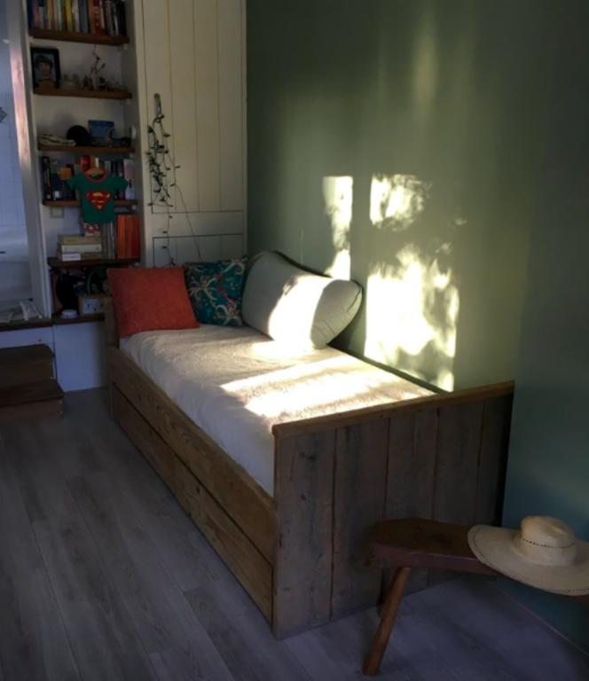 Zonnige tuinkamer met een vast bed en eventueel een extra opklapbed