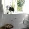 Badkamer met douche, wasbak, wasmachine en droger