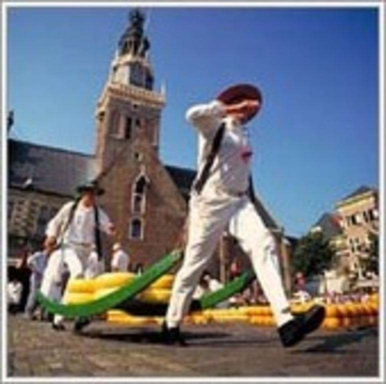 Traditional cheesemarket in Alkmaar (50 min drive)