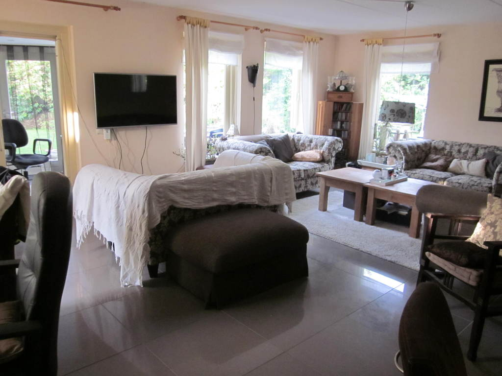 Our livingroom with a flatscreen tv.