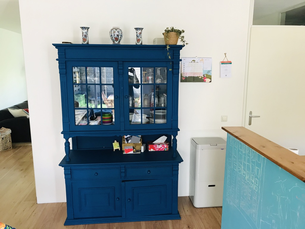 Cupboard between the dining & kitchen area