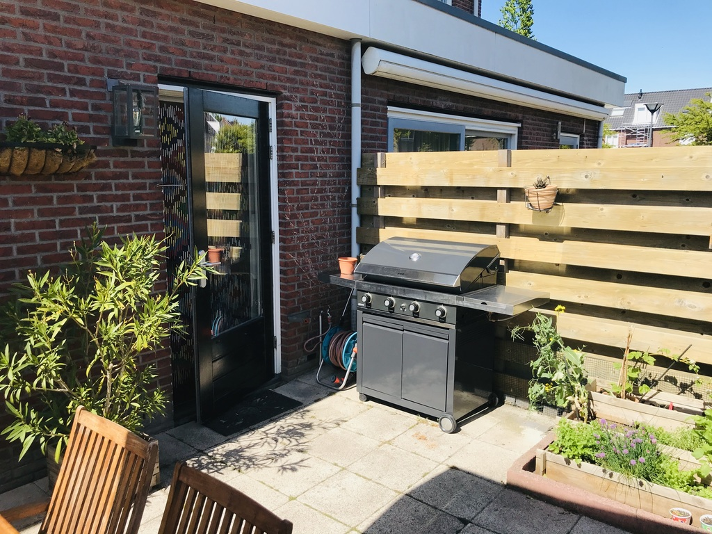 The gas barbecue / outdoor kitchen is the newest incorporation to the garden :)