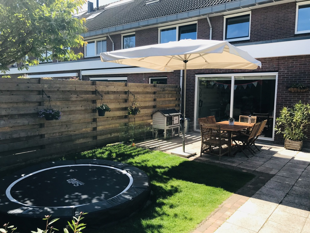 Garden with trampoline + table & seats