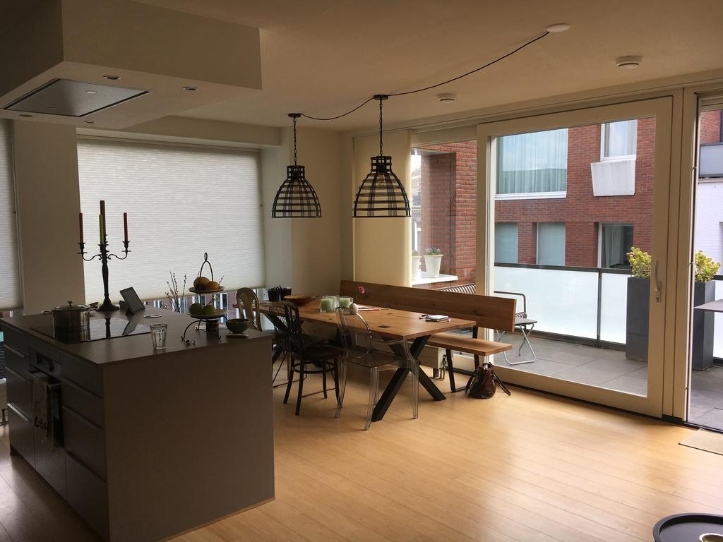 Woonkamer, keuken met kookeiland