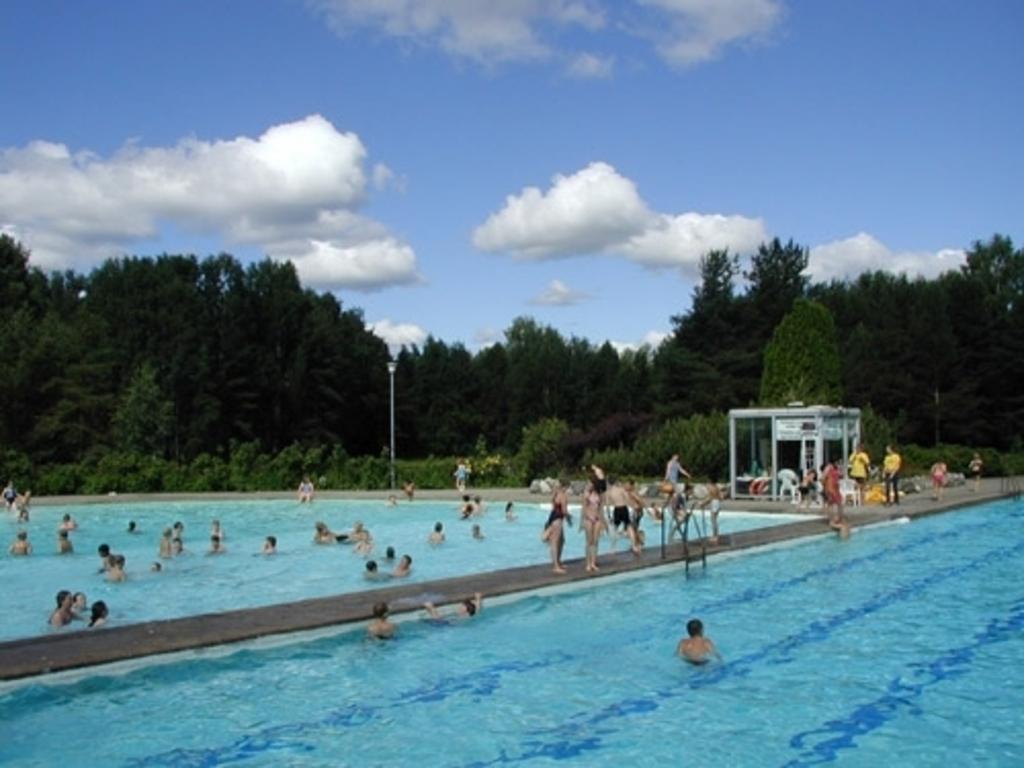 Open air public summer pool 10 min drive