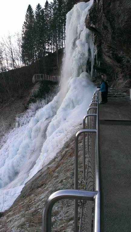 February, a frozen waterfall / Février, cascade gelée