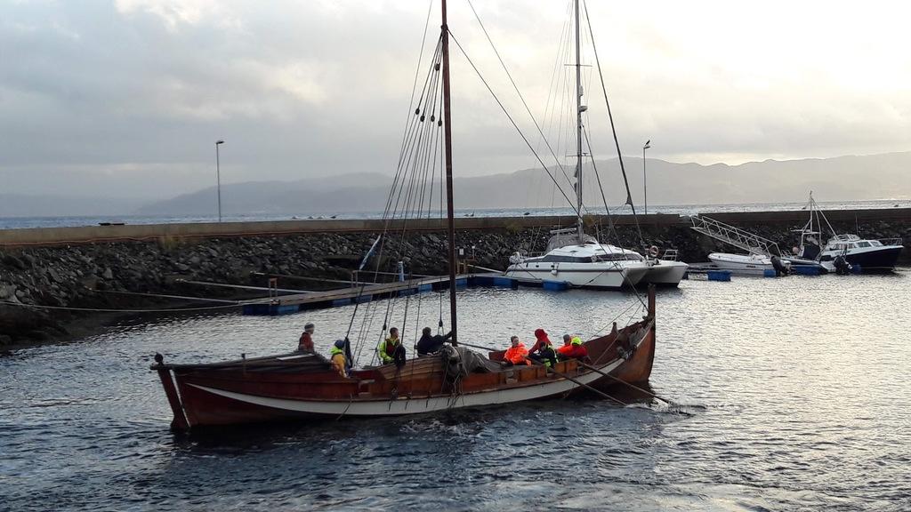 Hafen von Vanvikan mit einem Segelboot auf Besuch