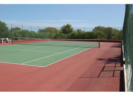 One of the 3 tennis courts (reservation and entrance fees)