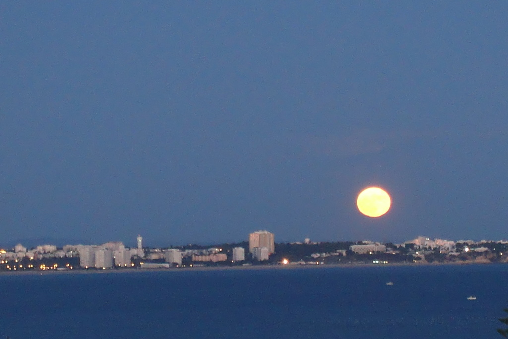 From master bedroom you can se the sunrise and some days also the full moonrise