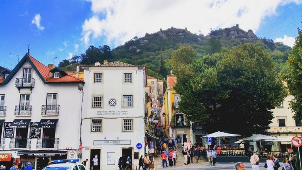 Through a maze of restaurants, cafés and boutiques you can climbe to the top.