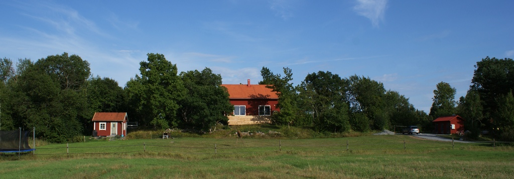 Welcome to Oakhill, our property in the archipelago. To the left: the guesthouse