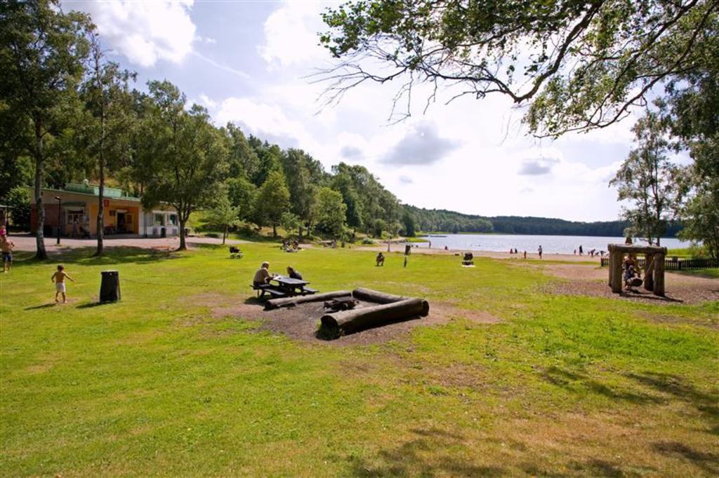The beach at Härlanda Tjärn.