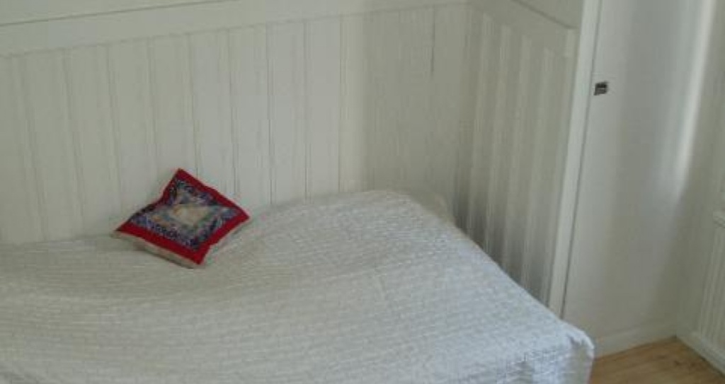 Small bedroom upstairs. Bed 105 cm.