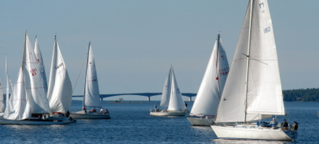 Sailing in the bay, Torso-bridge