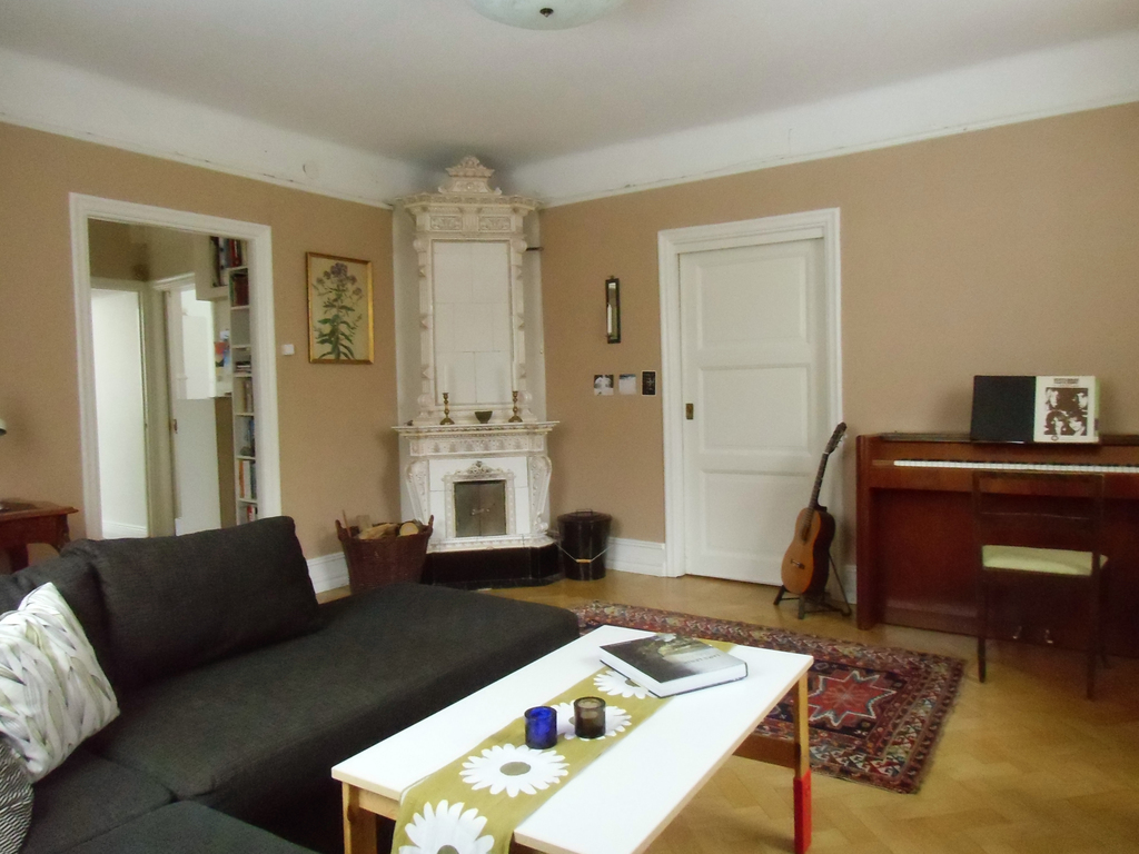 livingroom with tile-stove