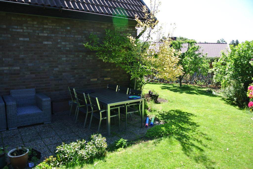 Garden sitting group in west