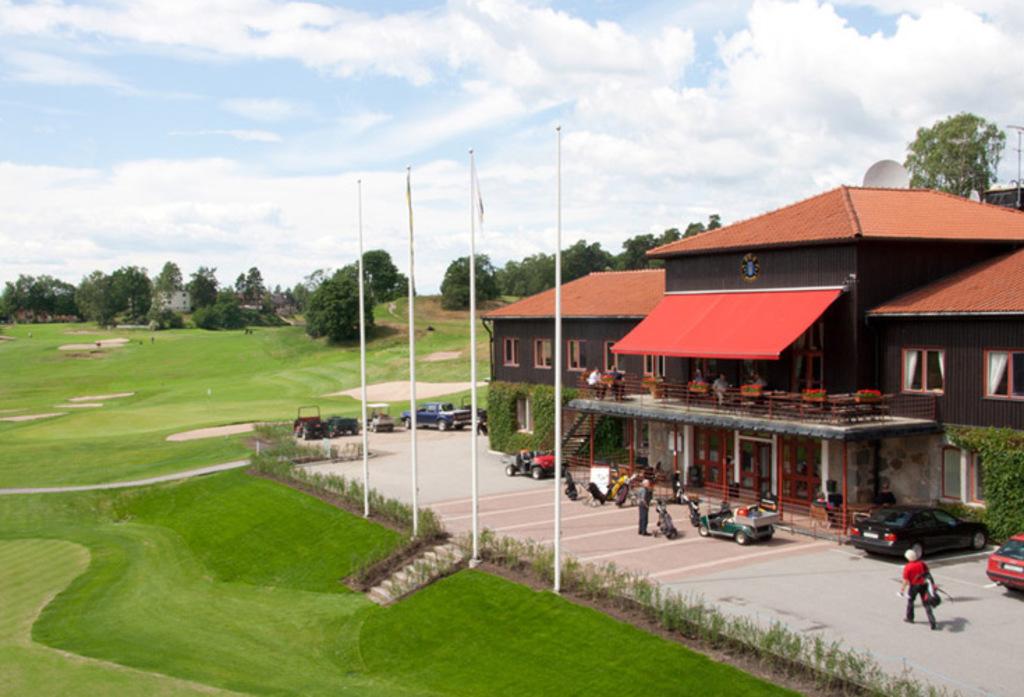 Stockholm Golf Club - 5 mins away