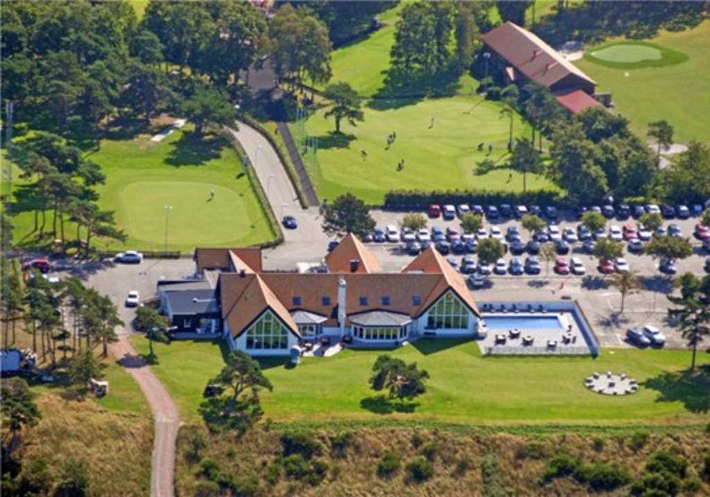 The club house with restaurant, swimming pool and stunning views across the Öresund-strait and  Copenhagen