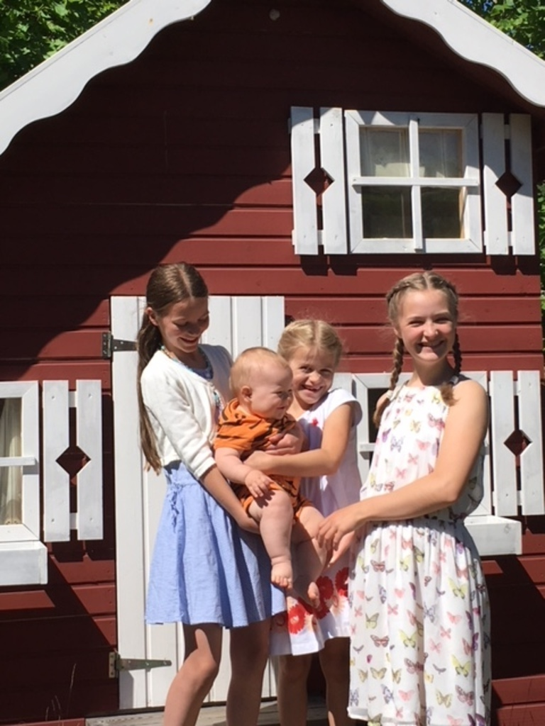 Children in summer 2018 in front of the playhouse